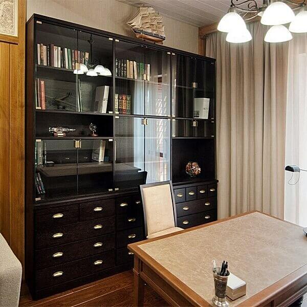 Изготовление мебели на заказ. Оригинальный черный шкаф и стол в кабинете.