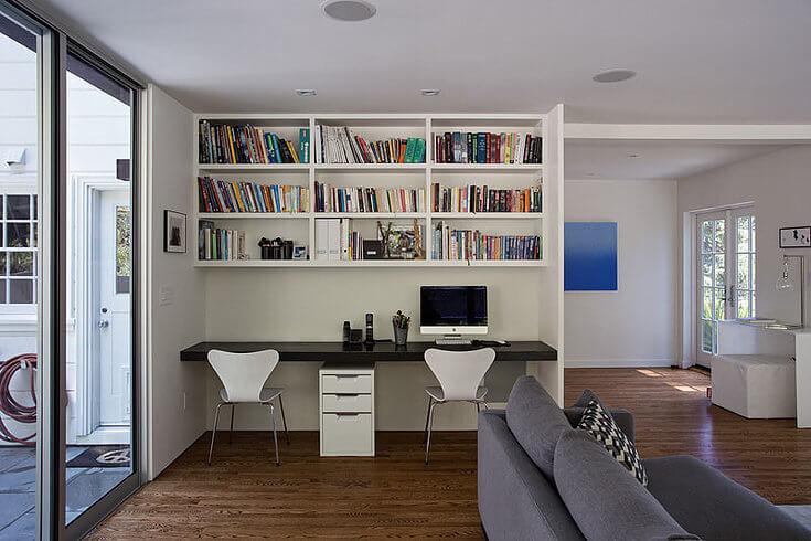 домашний офис с большими окнами, большой рабочий стол для двоих