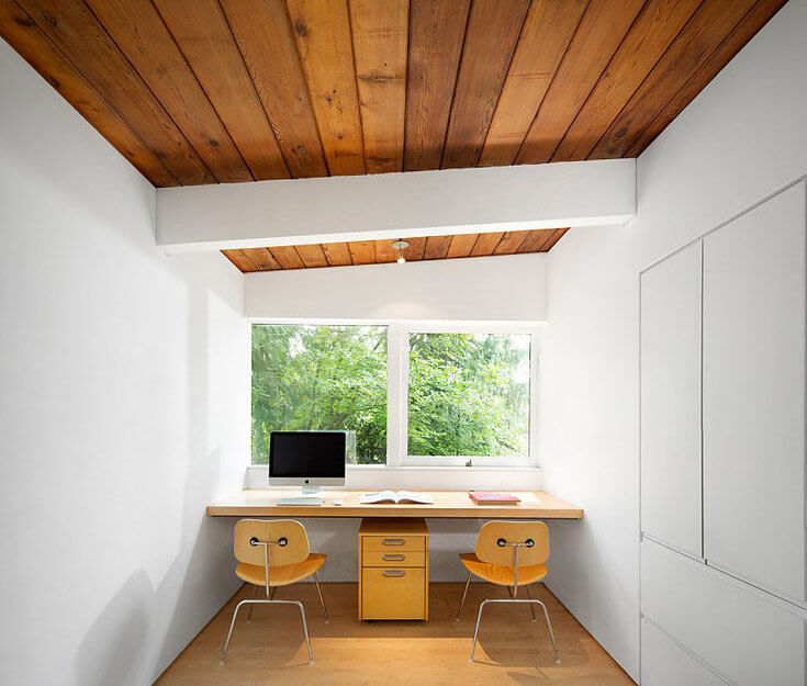 рабочий стол для двоих перед окном