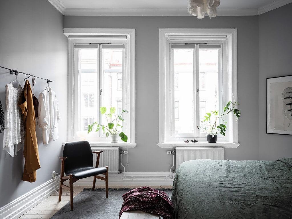 Уютная спальня в серых и зеленых тонах