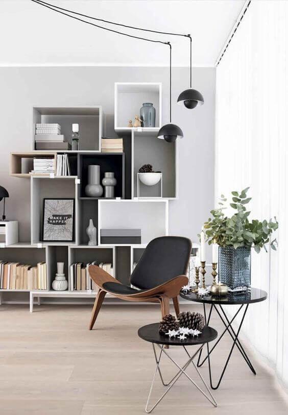 Интерьер в скандинавском стиле. Современная мебель и оригинальные полки. Уютное место в гостиной