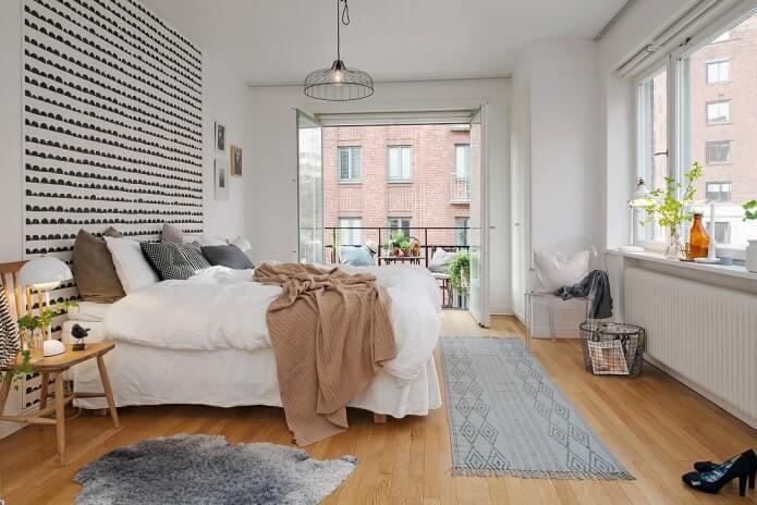 Освещенная спальня в скандинавском стиле. Большие окна увеличивают пространство