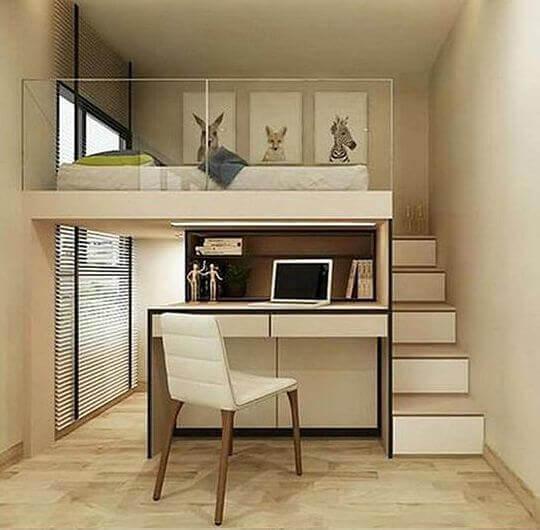 Спальное место и рабочая зона в маленькой студии
