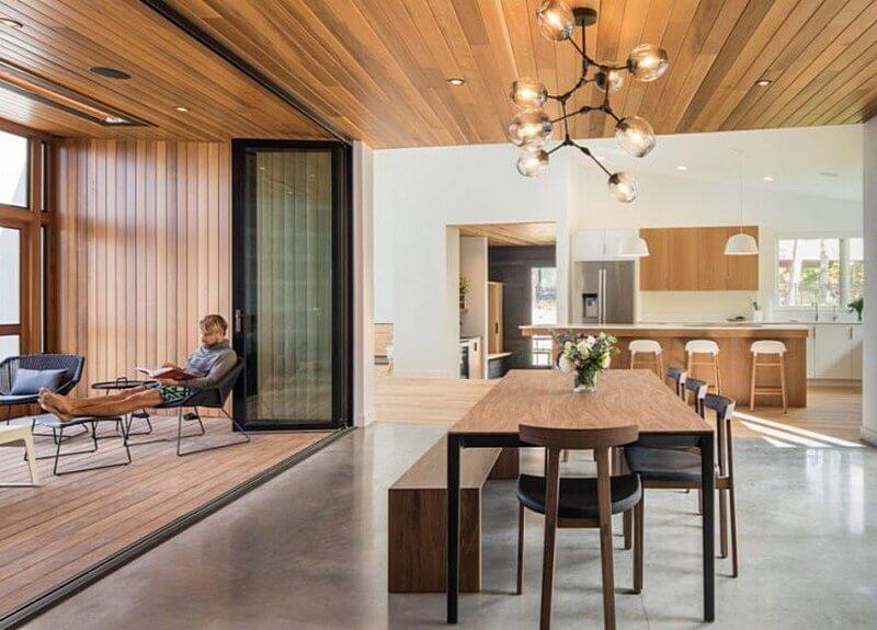 деревянный потолок в интерьере hygge